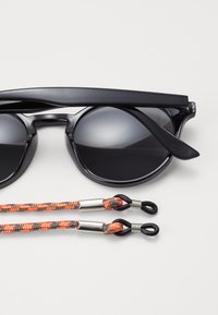 Pier One - Set mit Brillenkette - Sonnenbrille - black