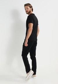 Pier One - 3 PACK - T-shirt basic - black - 3
