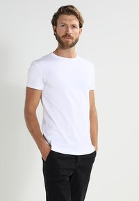 Pier One - 2 PACK - T-shirt - bas - white - 1