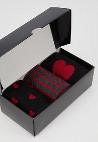 Pier One - 3 PACK - Ponožky - black/dark red - 4