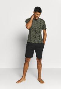 Pier One - SET - Pyjama set - khaki/black - 1