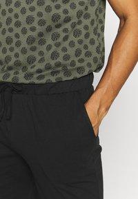 Pier One - SET - Pyjama set - khaki/black - 3