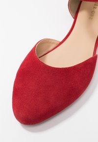 Pier One Wide Fit - Ballerina med reim - red - 2