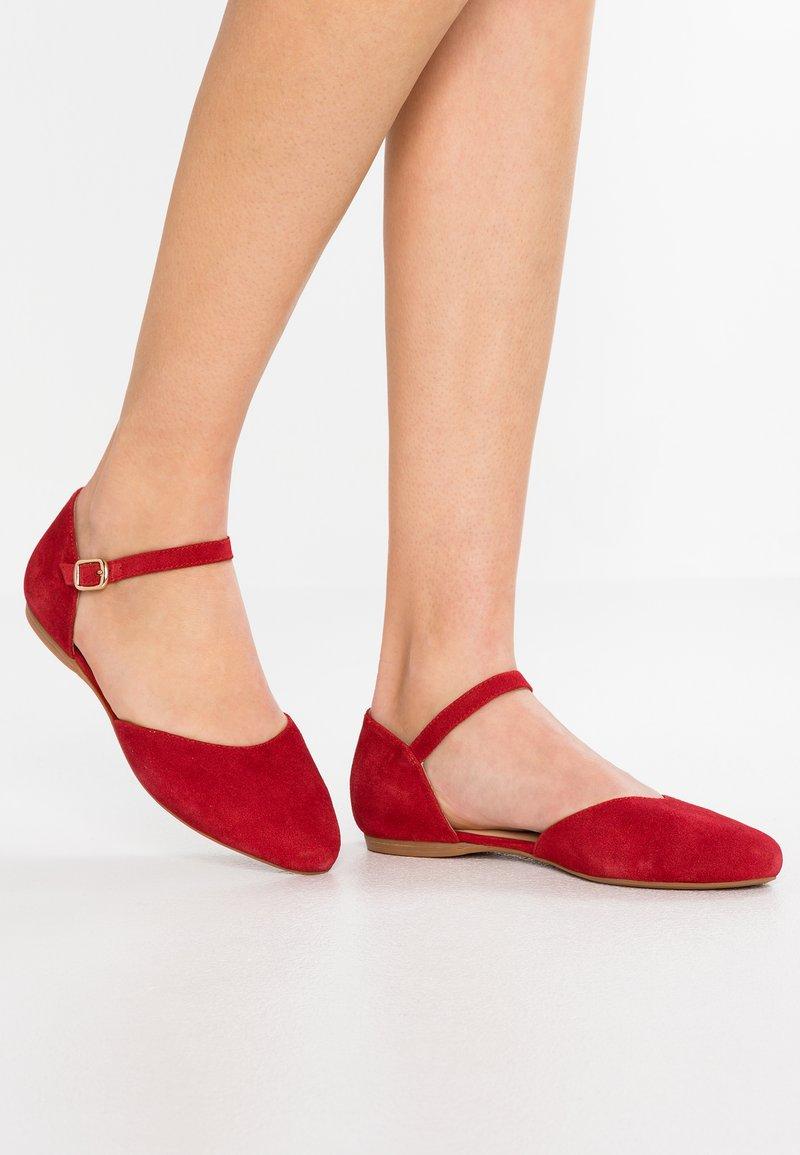 Pier One Wide Fit - Ballerina med reim - red