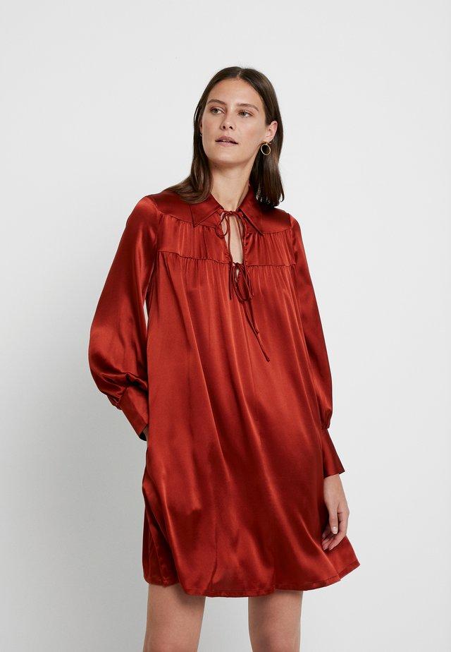 FALLON A SHARPE DRESS - Vapaa-ajan mekko - rust red