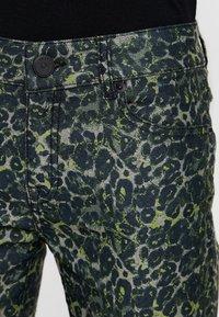 Pieszak - DIVA CROPPED FUNKY LEOPARD - Jeans Skinny Fit - green - 4