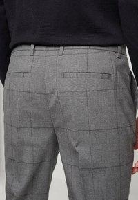 Piazza Italia - PANTALONE SLIM FIT - Trousers - grigio - 5