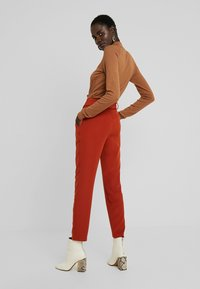 PIECES Tall - PCHIPA PANTS - Trousers - picante - 3