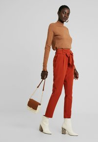 PIECES Tall - PCHIPA PANTS - Trousers - picante - 2