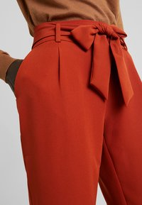 PIECES Tall - PCHIPA PANTS - Trousers - picante - 4