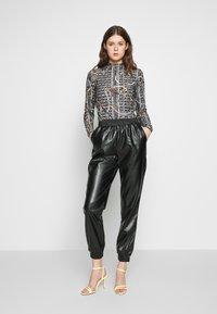 PIECES Tall - PCNELLAH PANTS - Pantaloni - black - 1