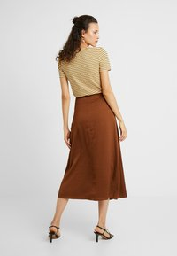 PIECES Tall - PCSANDRA MIDI SKIRT - Jupe trapèze - bison - 2