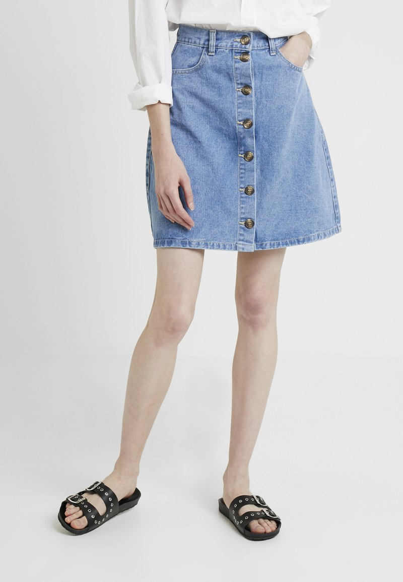 PIECES Tall - PCFATE BUTTON SKIRT - A-lijn rok - light blue denim