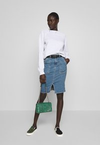 PIECES Tall - PCNALA PENCIL BUCKLE SKIRT - Kynähame - light blue denim - 1