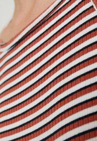 PIECES Tall - PCELENA STRAP MIDI DRESS - Maxikjoler - bright white/redwood/night sky - 6