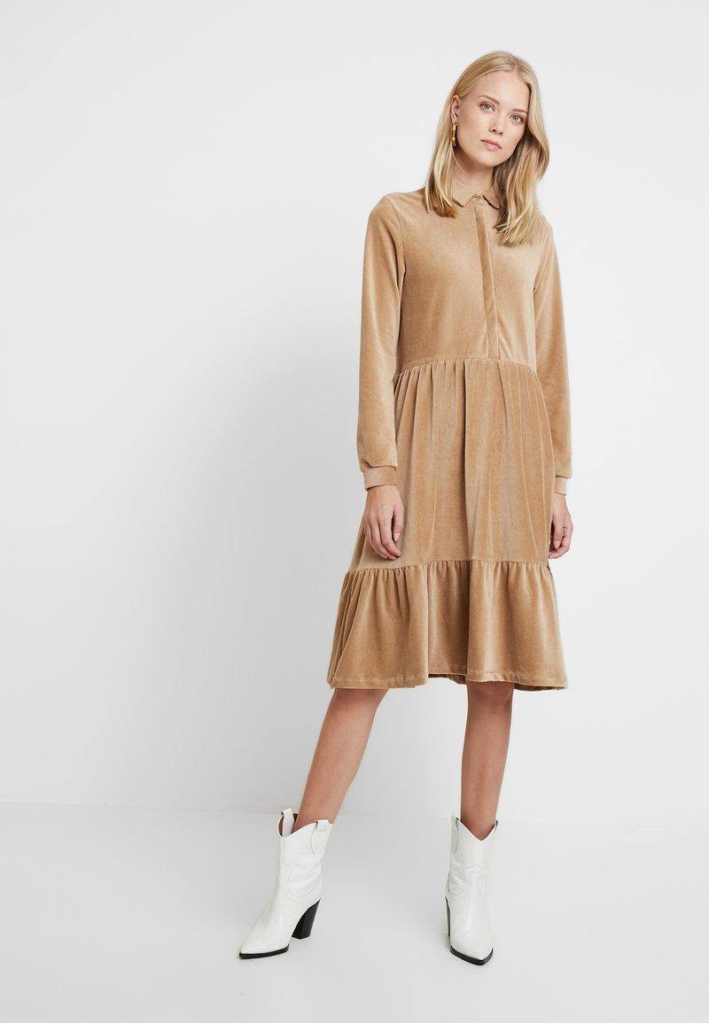 PIECES Tall - PCSERENA DRESS - Hverdagskjoler - tannin