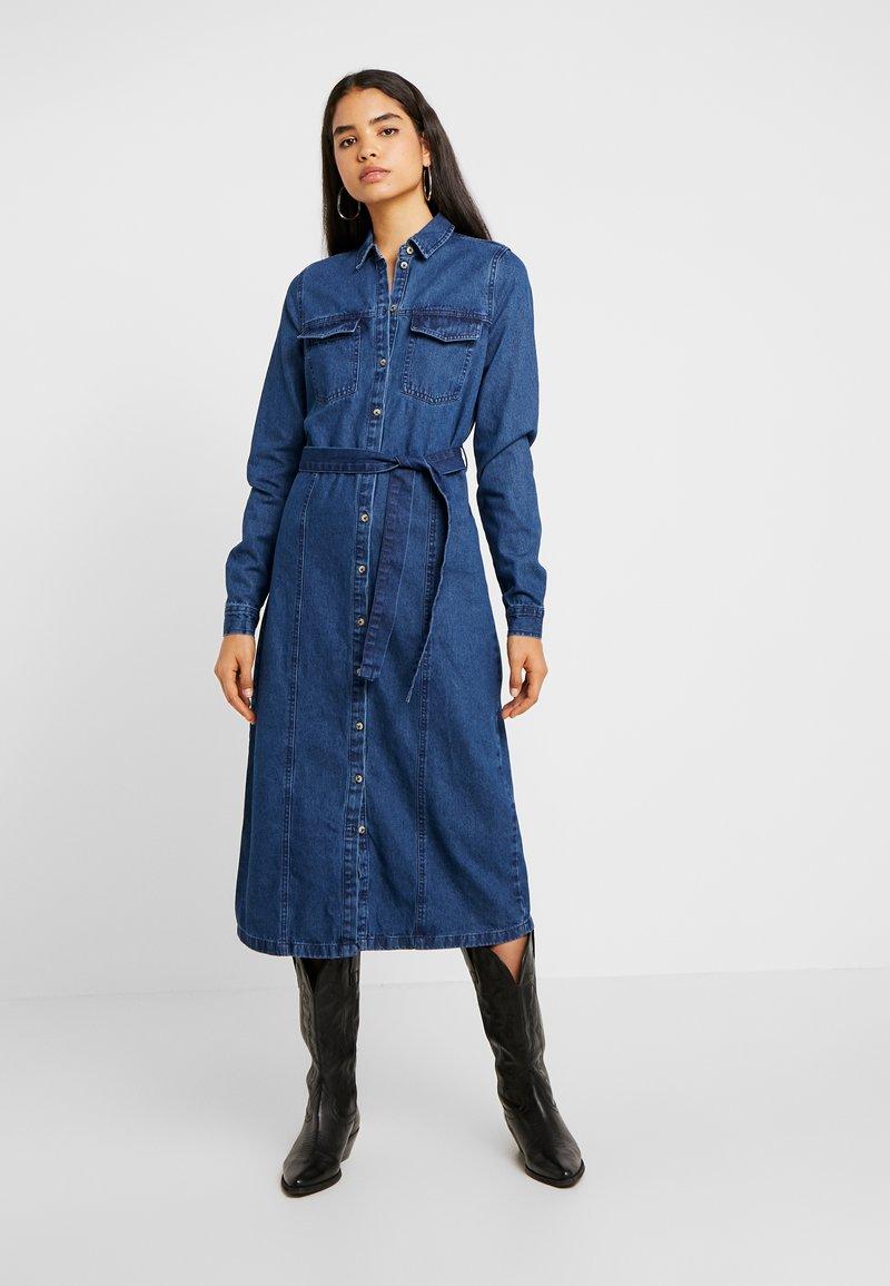 PIECES Tall - PCSELMA DRESS - Jeansklänning - medium blue denim