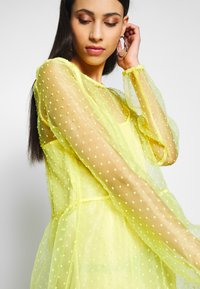PIECES Tall - Denní šaty - lemon drop - 4