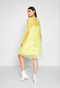 PIECES Tall - Denní šaty - lemon drop - 2