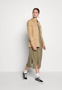 PIECES Tall - PCNOLA DRESS - Skjortekjole - deep lichen green - 1
