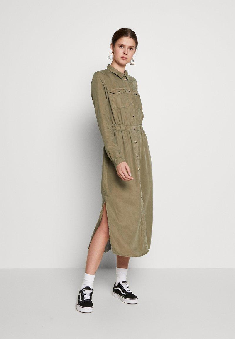 PIECES Tall - PCNOLA DRESS - Skjortekjole - deep lichen green