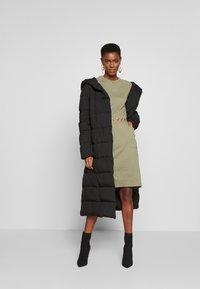 PIECES Tall - PCNOMINA DRESS - Robe en jersey - deep lichen green - 1