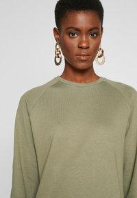 PIECES Tall - PCNOMINA DRESS - Robe en jersey - deep lichen green - 3