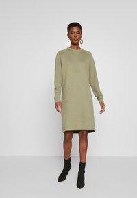PIECES Tall - PCNOMINA DRESS - Robe en jersey - deep lichen green - 0