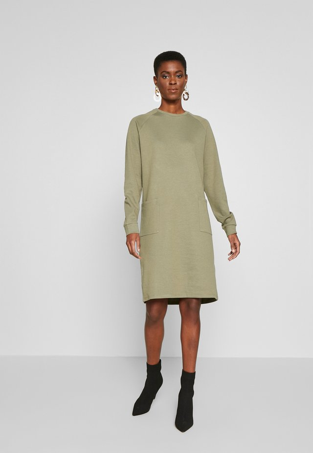 PCNOMINA DRESS - Jerseykjoler - deep lichen green