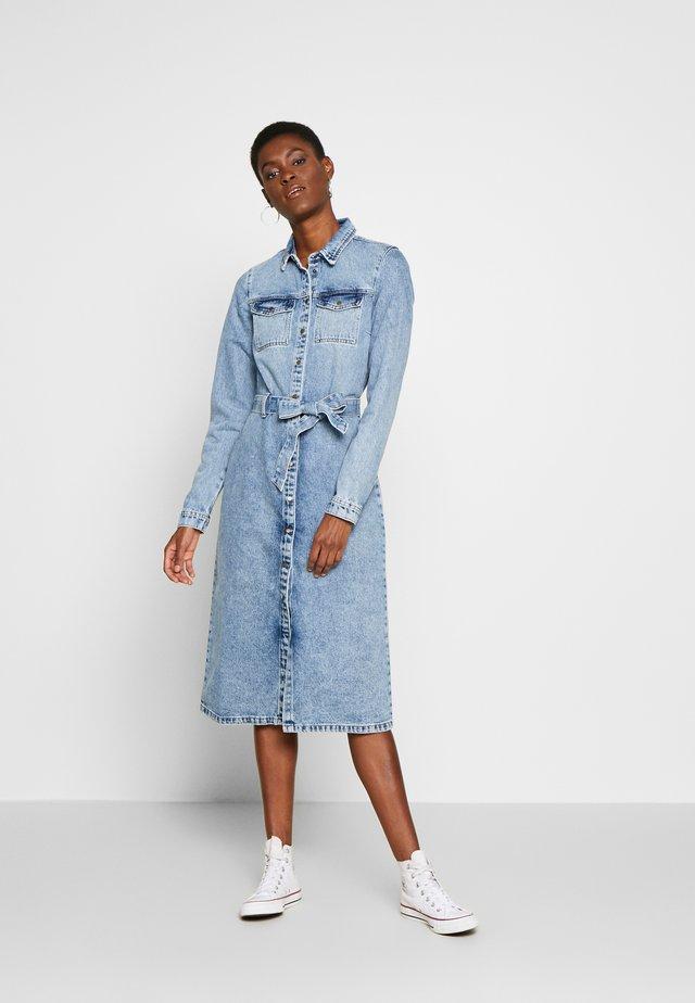 PCNAMIR SHIRT DRESS - Vestido vaquero - light blue denim