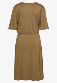 PIECES Tall - PCMARYJANE WRAP DRESS TALL - Sukienka z dżerseju - kangaroo - 1