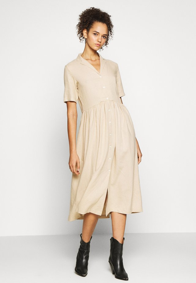 PCMILRED DRESS TALL - Korte jurk - warm sand