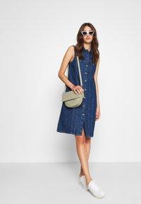 PIECES Tall - PCMALLE DRESS  - Jeanskleid - medium blue denim - 1