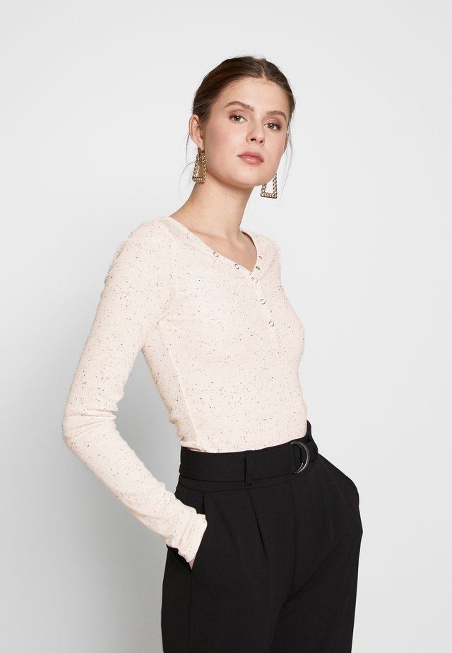 PCNOLO LS HENLEY TOP TALL KAC - Langærmede T-shirts - cloud dancer