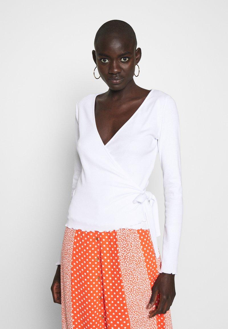 PIECES Tall - PCNADI WRAP - Langærmede T-shirts - bright white