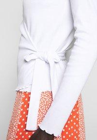PIECES Tall - PCNADI WRAP - Langærmede T-shirts - bright white - 5