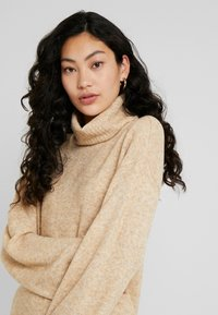 PIECES Tall - PCHONEY ROLLNECK  - Strickpullover - tannin - 3