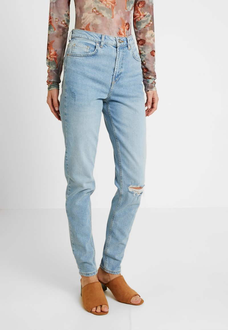 PIECES Tall - PCLEAH MOM DESTROY - Jeans Tapered Fit - light blue denim