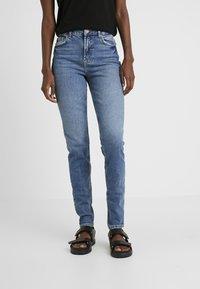 PIECES Tall - PCLEAH MOM - Jeans Skinny Fit - medium blue denim - 0