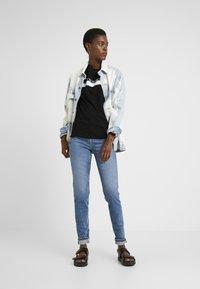 PIECES Tall - PCLEAH MOM - Jeans Skinny Fit - medium blue denim - 1