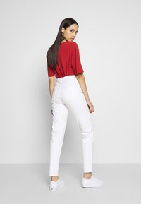 PIECES Tall - PCLEAH MOM - Jeans relaxed fit - bright white - 2