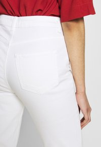 PIECES Tall - PCLEAH MOM - Jeans relaxed fit - bright white - 3
