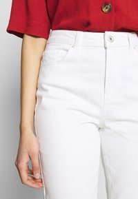 PIECES Tall - PCLEAH MOM - Jeans relaxed fit - bright white - 5