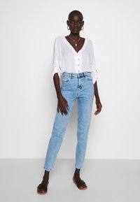 PIECES Tall - PCKESIA MOM  - Džíny Slim Fit - light blue denim - 1