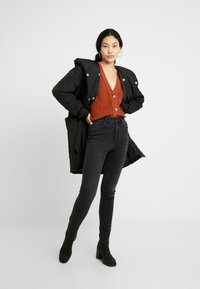 PIECES Tall - PCEMILIE LONG ACKET - Parka - black - 1