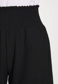 Pieces Petite - PCCURLI CROPPED PANTS PETITE - Trousers - black - 4