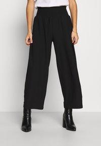 Pieces Petite - PCCURLI CROPPED PANTS PETITE - Trousers - black - 0