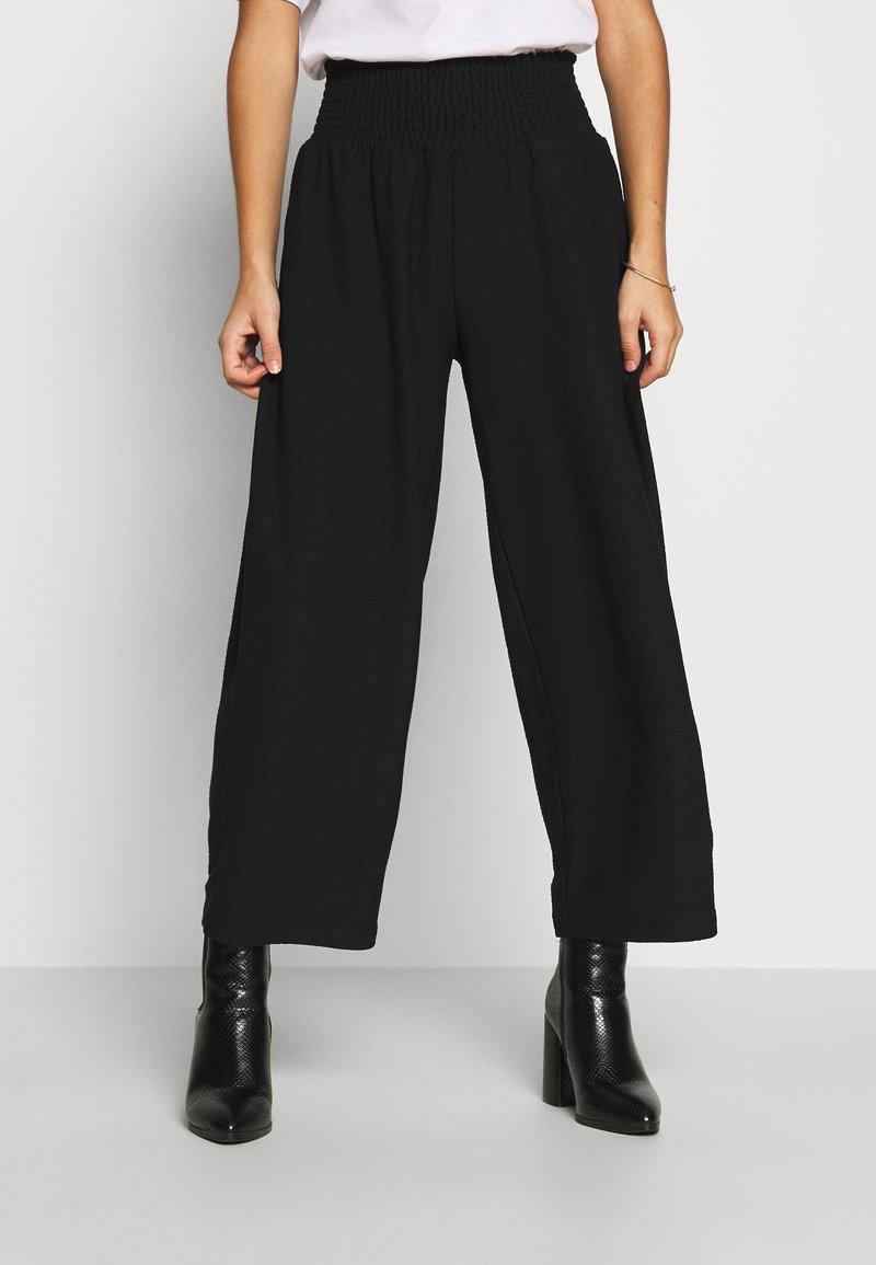 Pieces Petite - PCCURLI CROPPED PANTS PETITE - Trousers - black