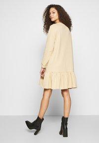 Pieces Petite - PCASTRID DRESS - Robe en jersey - warm sand - 2