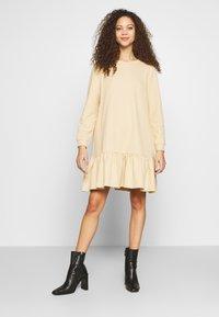 Pieces Petite - PCASTRID DRESS - Robe en jersey - warm sand - 0